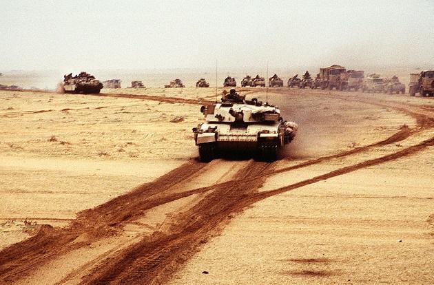 Un char britannique lors de l'Operation Desert Storm (opération tempête du désert) le 28 février 1991, pendant la Guerre du Golfe. / Ph. P.L.C. Holmes, domaine public, via Wikimedia Commons.