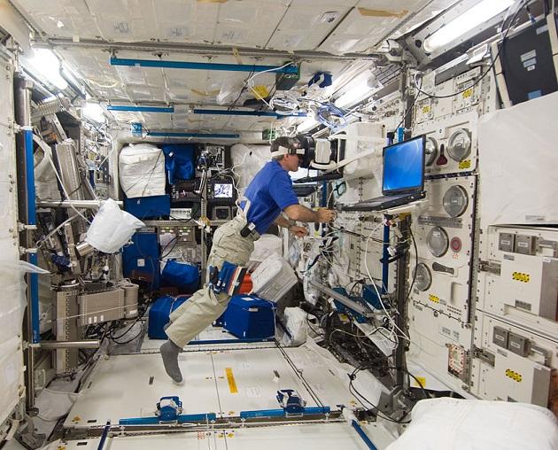L'astronaute de la NASA Dan Burbank menant une expérience avec l'ESA au laboratoire Colombus de la Station spatiale internationale. / Ph. NASA, domaine public, via Wikimedia Commons.