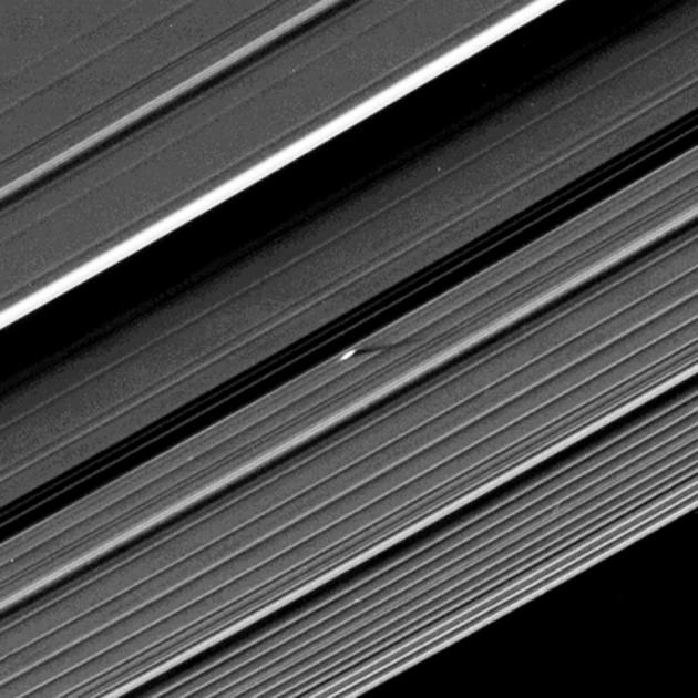 Exactement au centre de cette image prise par la sonde américaine Cassini, au coeur de l'anneau A de Saturne, se dresse une vague de glace d'une centaine de kilomètres de longueur, haute de 200 mètres. Cette perturbation dans l'anneau est due à la présence d'un satellite de 400 mètres de diamètre environ. Photo JPL/Nasa.