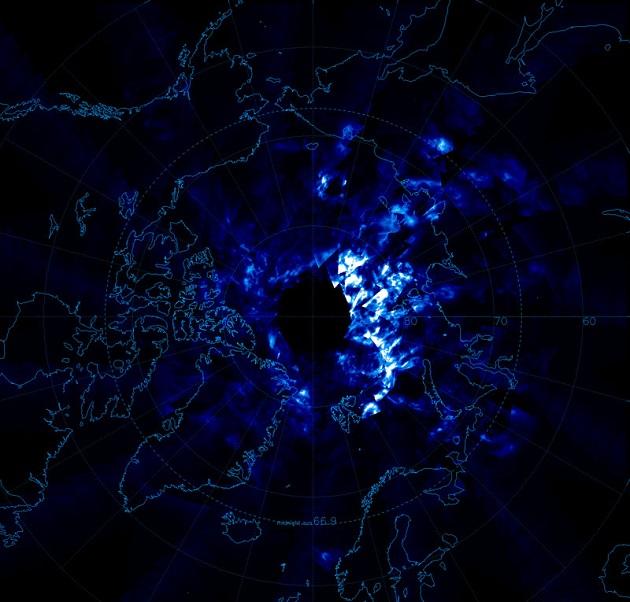 Les premières images des nuages noctiluques vus de l'espace, prises par le satellite américain AIM (Aeronomy of Ice in the Mesosphere) le 11 juin 2007 au-dessus de l'Arctique. / Ph. NASA/AIM