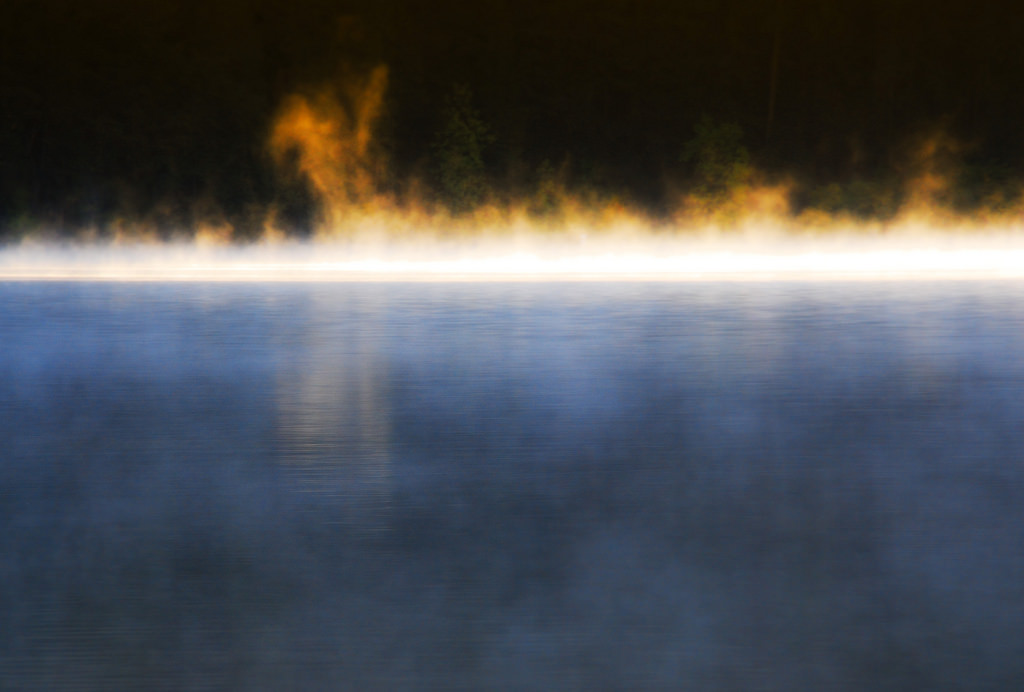 Il faut distinguer la fumée blanche formée par l'eau au contact avec un air plus froid et la vapeur d'eau, invisible. / Ph. Steve Corey via Flickr, CC BY ND.