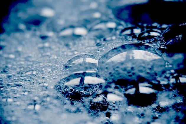 Mélangé à l'eau, le savon lui permet de dissoudre les graisses, dont est composée la paroi des cellules bactériennes. / Ph. Photonoumi via Flickr, CC BY 2.0