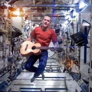 L'astronaute Chris Hadfield, Commandant de bord de la Station spatiale internationale, en plein concert spatial. Photo Nasa.