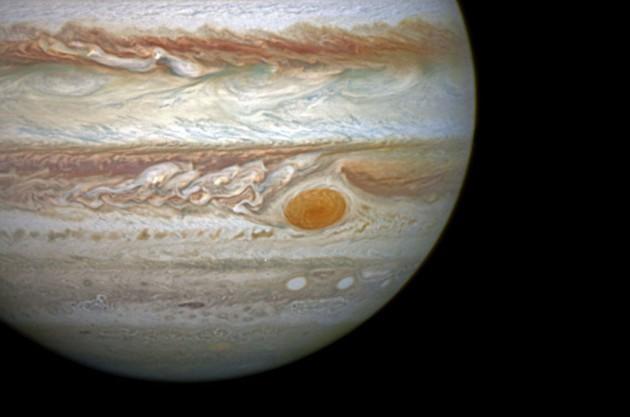 La Grande Tache rouge tourne dans l'atmosphère de Jupiter depuis au moins 350 ans. Mais, depuis quelques années, sa taille diminue de façon spectaculaire. On la voit ici photographiée en 2014 par le télescope spatial Hubble. Photo Nasa/ESA/STSCI.