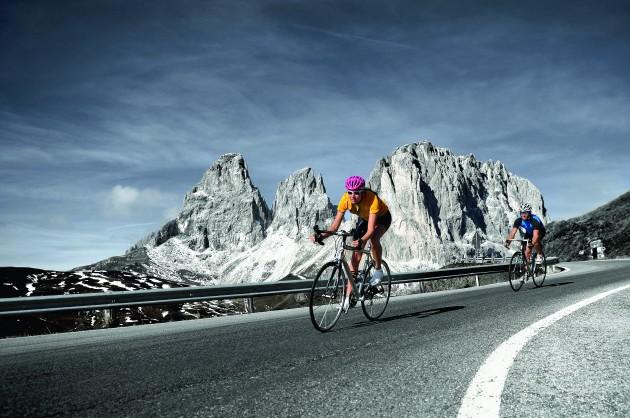 Des cyclistes sur les Dolomites / Ph. ThomasGrner/F1 Online/Corbis