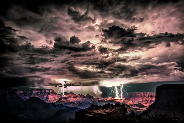 La foudre ébranle le ciel lors d'un orage au-dessus du Grand Canyon - Ph. Scott Stulberg/Corbis