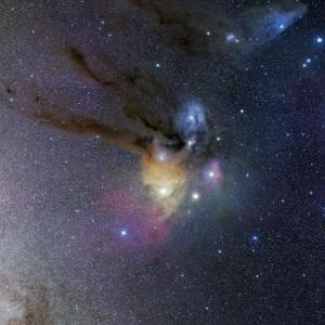 Au cœur de la Voie lactée, la nébuleuse de Rho Ophiuchus auréole l'étoile supergéante rouge Antarès, visible en bas et à gauche du nuage interstellaire. Photo Stéphane Guisard/ESO.
