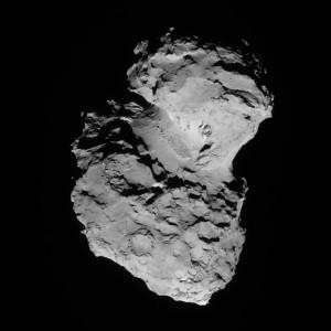 La comète Churyumov-Gerasimenko a une structure bilobée. S'agit-il de deux comètes qui se sont jadis percutées ? Un jour, probablement, sous l'action des feux du Soleil, la comète, fragile se désagrégera. En attendant, les scientifiques et ingénieurs de l'ESA doivent trouver dans ce paysage dantesque un endroit propice pour poser leur fragile module Philaé... Photo ESA.