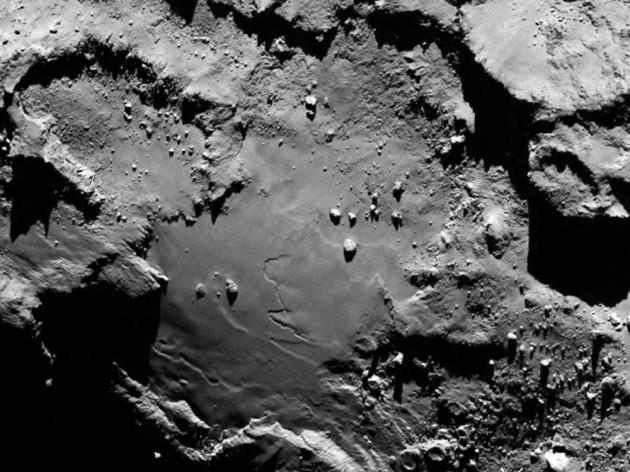 Jamais on n'avait vu la surface d'une comète d'aussi près. La sonde Rosetta a pris cette image de la surface de Churyumov-Gerasimenko à une distance de 130 kilomètres. Son petit télescope Osiris permet de percevoir ici des détails de moins de trois mètres. Photo Osiris/ESA.