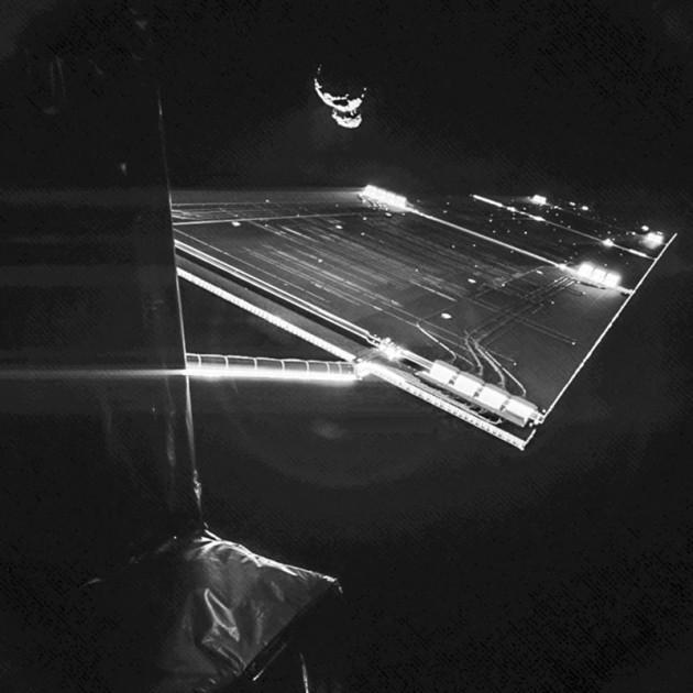 En orbite autour de la comète Churyumov-Gerasimenko, la sonde européenne Rosetta a réalisé ce spectaculaire autoportrait. Photo ESA.