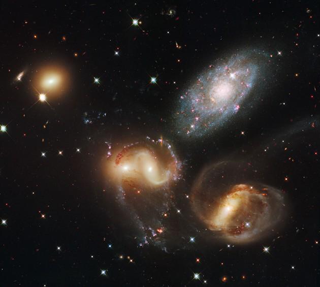 Le Quintette de Stephan, photographié par le télescope spatial Hubble. En haut et à droite, la petite galaxie spirale NGC 7320 n'appartient pas réellement au groupe : elle se trouve à seulement 40 millions d'années-lumière de distance, quand NGC 7317, NGC 7318 a et b et NGC 7319 sont éloignées de plus de 300 millions d'années-lumière. Photo Nasa/ESA/STSCI.
