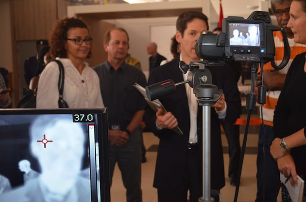 A l'aéroport de Conakry (Guinée), prise de température par caméra thermique du directeur des Centres pour la prévention et le contrôle des maladies américain (CDC).
