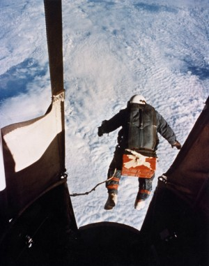 Le colonel Joseph Kittinger sautant à 31 000 mettre d'altitude  (U.S. Air Force photo)