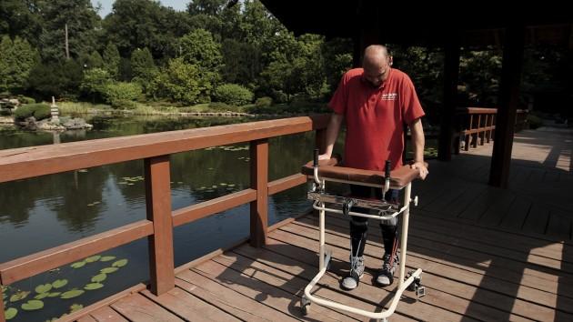 Darek Fidyka utilise un déambulateur pour marcher, deux ans après une opération qui a régénéré sa moelle épinière / Ph. © BBC Panorama