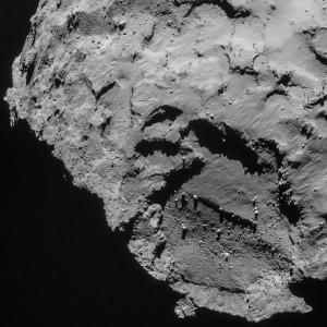 La plaine où doit se poser le module Philaé se trouve en haut de l'image, sur cette photographie de la comète Churyumov-Gerasimenko prise par la sonde Rosetta. Photo ESA.