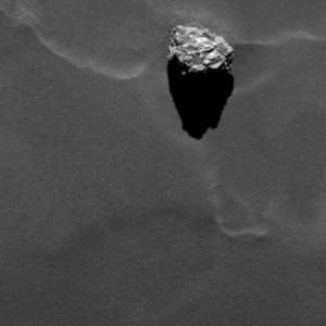 Cet énorme iceberg posé à la surface de Churyumov-Gerasimenko, baptisé Cheops par les scientifiques européens, mesure 45 mètres de diamètre. Pourtant, il pèse moins de 100 kg dans le champ de pesanteur de la comète ! Photo ESA.