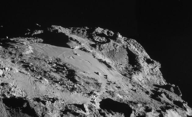 Ce paysage de science-fiction, c'est la surface de la comète Churyumov-Gerasimenko, photographiée par la sonde Rosetta. Les plus petits blocs de glace visibles sur ce monde minuscule mesurent moins de deux mètres. Photo ESA.