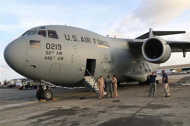 Un avion de l'armée américaine livre des aides sanitaires au Libéria pour faire face à l'épidémie d'ebola