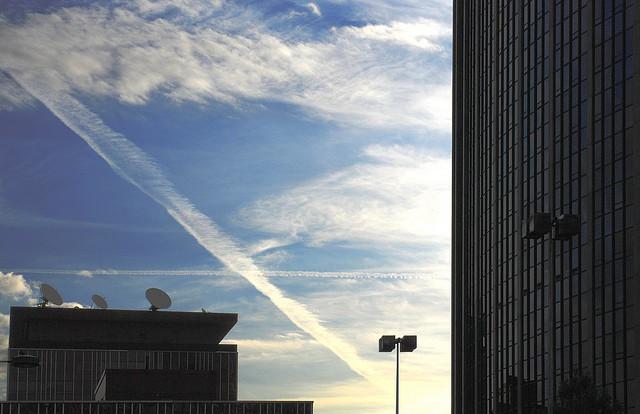 Tous les avions ne laissent pas le même sillage dans le ciel (Ph. art Buck via Flickr CC BY 2.0).