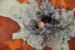Dégât occasionné par un débris d'à peine 3 mm de diamètre sur un cargo spatial (ESA-Stijn Laagland)