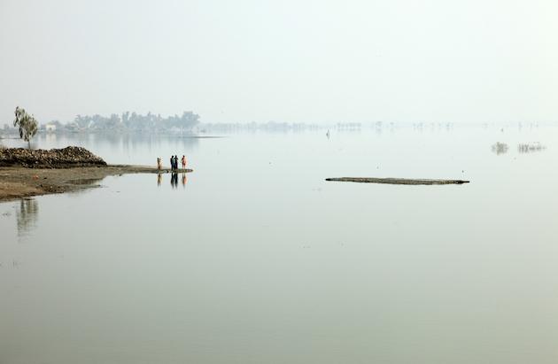 Au Pakistan, en 2010, six mois après des inondations qui ont forcé 20 millions de personnes à se déplacer, de nombreuses terres sont encore couvertes d'eau. Ces évènements extrêmes vont devenir plus fréquents à cause du réchauffement de la planète. / Ph. DFID via Flickr - CC BY 2.0