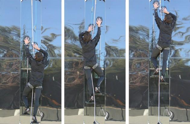 """Le grimpeur possède deux """"gants-gecko"""". L'échelle est suspendue à ces gants pour permettre à l'homme de se hisser à la force des jambes (Hawkes EW et al. J. R. Soc. Interface)"""