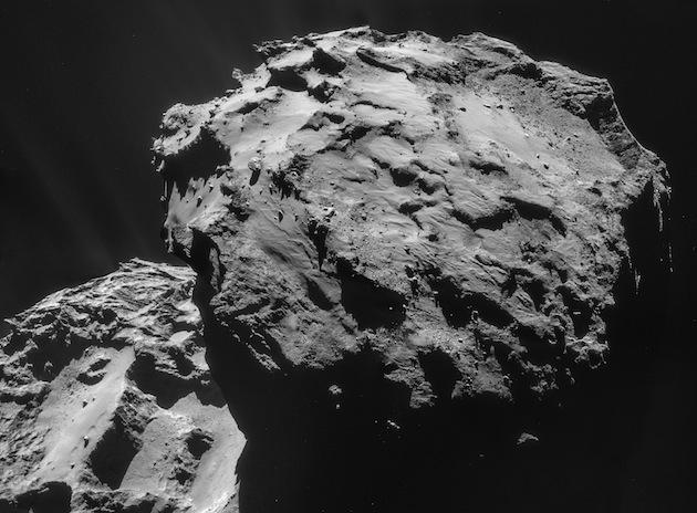 """La dernière image de la comète """"Tchouri"""", ce 7 décembre 2014. / Ph. ESA/Rosetta/NAVCAM – CC BY-SA IGO 3.0"""