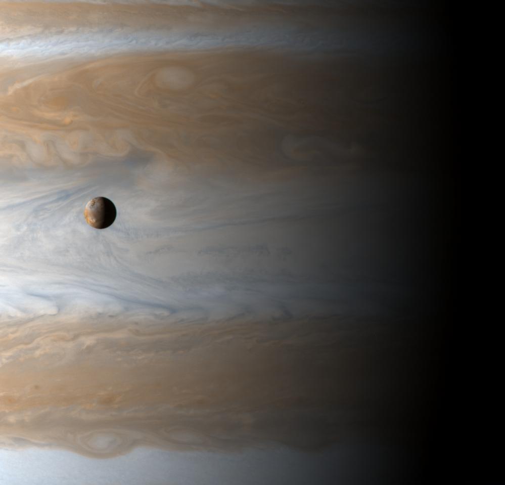 A part une planète comme la Terre, la plupart des objets qui tomberaient sur Jupiter (en avant-plan son petit satellite Io) seraient très vite vaporisés  (NASA/JPL/University of Arizona).
