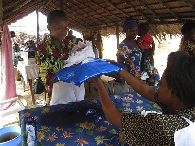 Distribution de moustiquaires imprégnées d'insecticides en république démocratique du Congo. Elles sont fondamentales pour protéger des piqûres. / Ph. ixtla via Flickr - CC BY SA 2.0