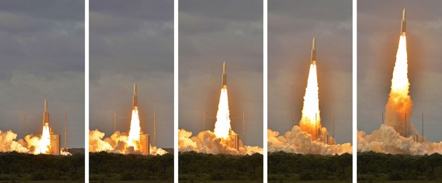6 décembre 2014, 17 h 40, à Kourou, en Guyane. La fusée Ariane 5 s'élance pour l'espace. C'est son 63 e succès d'affilée. Photo S.Brunier/Point du Jour.
