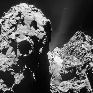 La comète Churyumov-Gerasimenko, photographiée par la sonde européenne Rosetta en décembre 2014. Dans la vallée qui sépare les deux régions principales de la comète, du gaz et de la poussière commence à s'échapper dans l'espace. En s'approchant du Soleil, l'activité de la comète augmente... Photo ESA.