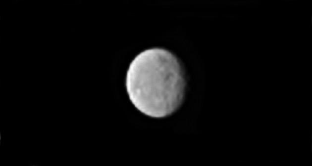La sonde américaine Dawn s'approche de la planète naine Cérès. Sur le globe presque sphérique de près de 1000 km de diamètre, Dawn commence à percevoir quelques détails. Photo Nasa.