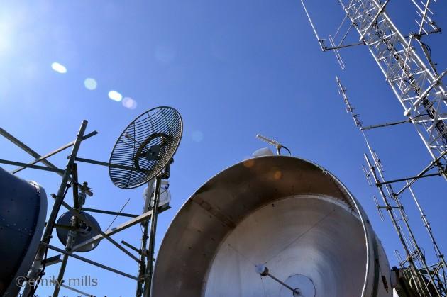 Contrairement à d'autres ondes électromagnétiques, les ondes radio traversent les obstacles (Ph. Emily Mills via Flickr CC BY 2.0)
