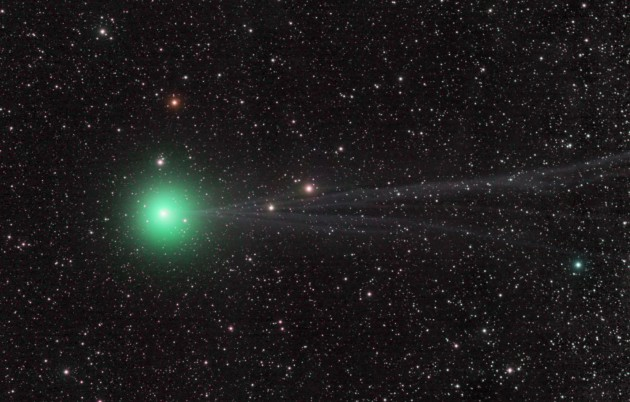 La comète Lovejoy dans le ciel d'hiver. La comète est passée près du Soleil voici environ onze mille ans ; son prochain passage aura lieu dans huit mille ans. Photo Damian Peach.