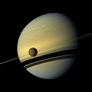 Titan passe devant le globe et les anneaux de Saturne, sur cette image prise par la sonde Cassini. Photo Ciclops/JPL/Nasa.