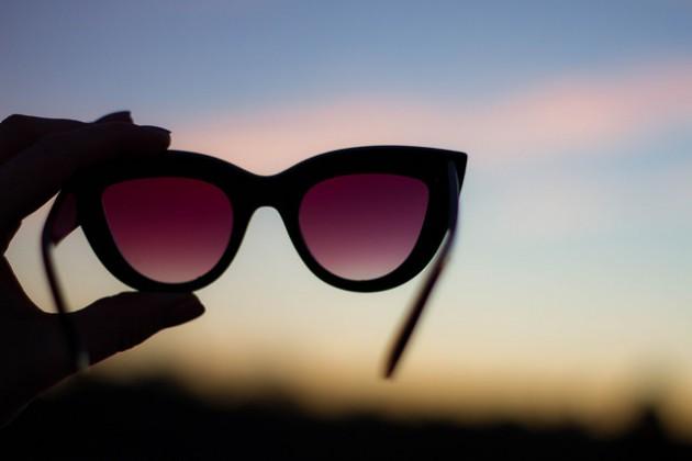 Les lunettes de soleil n'arrêtent que les UV, mais pas les infrarouges (ph. John Scott via flickr C.C.2)