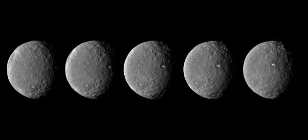 La sonde américaine Dawn a photographié plusieurs heures durant les deux mystérieuses taches blanches situées dans un cratère de la petite planète Cérès. Il s'agit bien de geysers surpris en pleine éruption. Photo JPL/Nasa.