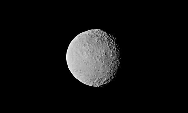 La surface de Cérès témoigne de l'activité géologique de la petite planète. Ses plus grands cratères semblent avoir été remodelés par un fluide provenant de l'intérieur de l'astre. Photo JPL/Nasa.