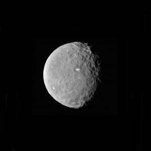 Deux taches blanches au coeur d'un cratère de Cérès : un indice d'une activité volcanique ? Photo JPL/Nasa.