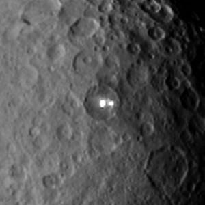 Gros plan sur les deux geysers identifiés sur Cérès. Le cratère dans lequel ils se trouvent mesure 80 kilomètres de diamètre. Photo JPL/Nasa.