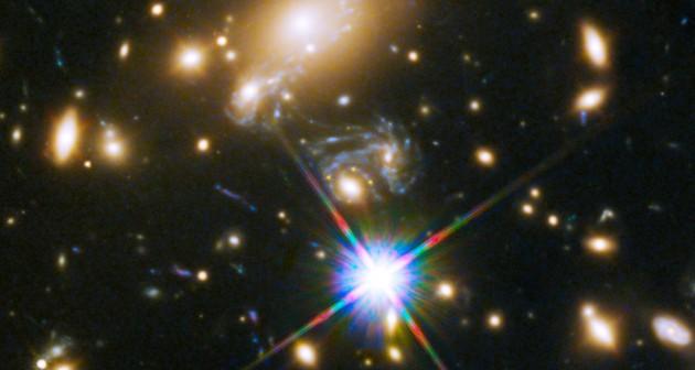 C'est au centre exact de cette image que se trouve la Croix d'Einstein découverte grâce au télescope spatial Hubble. L'amas de galaxies MACS J1149.5+2223 se trouve à 5 milliards d'années-lumière de la Terre. La supernova dessinant les quatre images de la Croix d'Einstein se situe à  9.3 milliards d'années-lumière. Photo Nasa/STSCI.