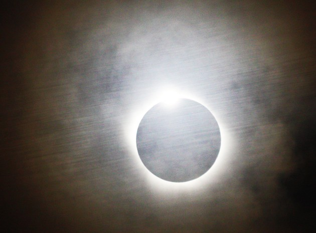 De curieuses bandes d'ombre se mettent à onduler sur le sol juste avant que le Soleil réapparaisse. Ici, le 11 juillet 2010 en Polynésie /P. © S. Schneider - S&V