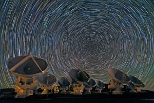 Alma est l'un des plus puissants télescopes jamais construits. Comptant en tout soixante six antennes de 7 m et 12 m de diamètre, il promet une moisson scientifique exceptionnelle, quand l'engin, difficile à mettre au point, sera pleinement opérationnel. Photo B.Tafreshi/ESO.