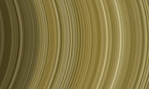 Zoom dans l'anneau B de Saturne. La sonde américaine Cassini a montré que les anneaux de Saturne étaient des structures changeantes, constituées de milliards de particules de glace se déplaçant au gré des vagues gravitationnelles levées par la myriade de satellites tournant autour de la planète géante. Photo Nasa/JPL.