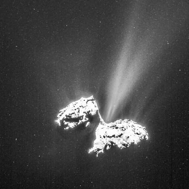L'activité de la comète Churyumov-Gerasimenko augmente de jour en jour. Sur cette image prise en mars 2015, les particules que ses jets de glace et de poussières projettent ressemblent à des étoiles. Ce sont ces poussières qui ont désorienté les capteurs de Rosetta. Photo ESA.