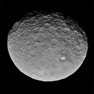 Cérès est couvert de cratères d'impacts, comme la plupart des corps rocheux du système solaire. Mais pas seulement : un réseau de failles se trouve justement dans la région du cratère où se situe les spots blancs. Preuve d'une activité géologique contemporaine ? Photo JPL/Nasa.