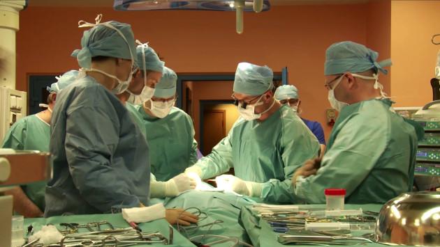 L'équipe du Pr Adam Maciejewski (au centre, au moment de la première incision) a réussi une opération de greffe multiple des organes de la gorge d'une extrême complexité. / Ph. © WP.