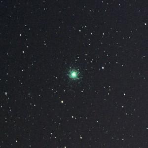 Cette photographie de l'amas d'étoiles M 13 d'Hercule a été réalisée dans la campagne française, avec un boîtier 24 x 36 réglé à 12 800 ISO et son objectif de 300 mm de focale fermé à 5,6. Cette image résulte de l'addition de 300 poses de 1 seconde chacune. L'addition a été réalisée avec le logiciel Deep Sky Stacker, et l'image finale a été traitée avec Photoshop. L'amas d'Hercule se situe à vingt deux mille années-lumière de la Terre. A gauche de l'amas, apparaît la galaxie NGC 6207, distante de cinquante millions d'années-lumière... Photo S.Brunier.