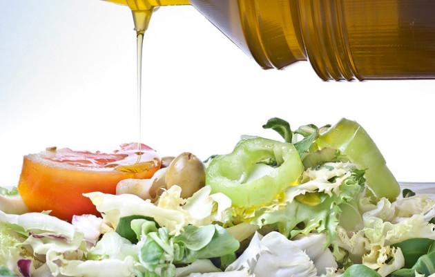 L'huile d'olive, les fruits et les légumes, ainsi que les céréales complètes forment la base du régime méditerranéen - Ph. Anieto2K via Flickr / CC BY SA 2.0