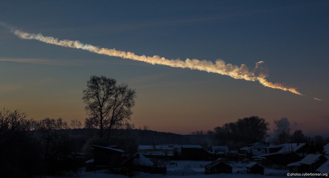 Une météorite qui brûle en entrant dans l'atmosphère. Des bactéries emprisonnées dans la météorite pourraient y survivre (Ph. Alex Alishevskikh via Flickr CC BY 2.0)